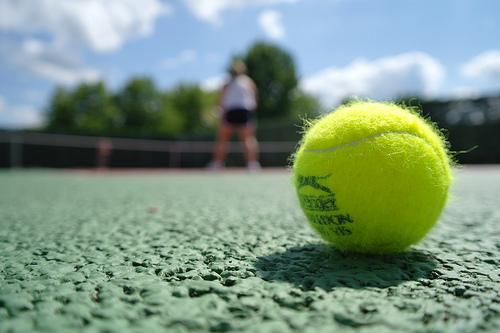 屋内コートのテニス教室 バンコク